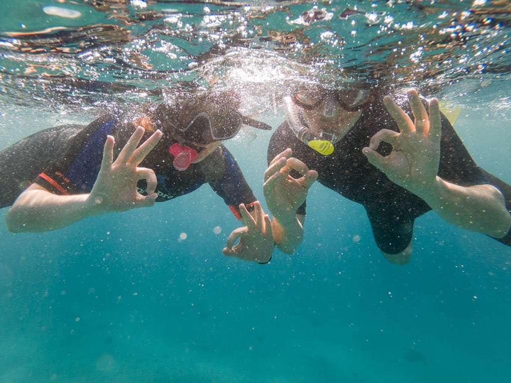 Despidiéndonos de un día completo de buceo en Aqaba, mar Rojo, Jordania