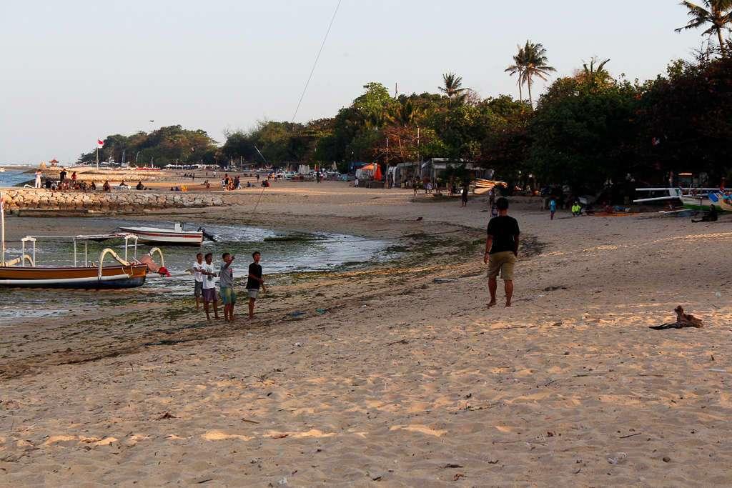 Niños jugando con cometas en Sanur Beach (Bali)