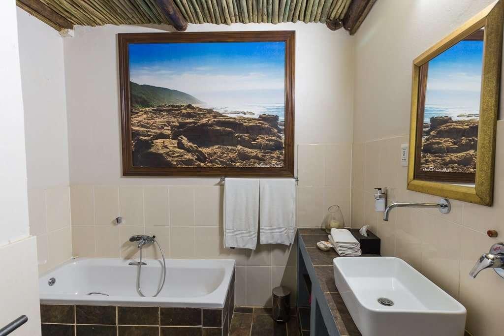 Baño de la habitación doble del Umlilo Lodge, St. Lucía, Sudáfrica