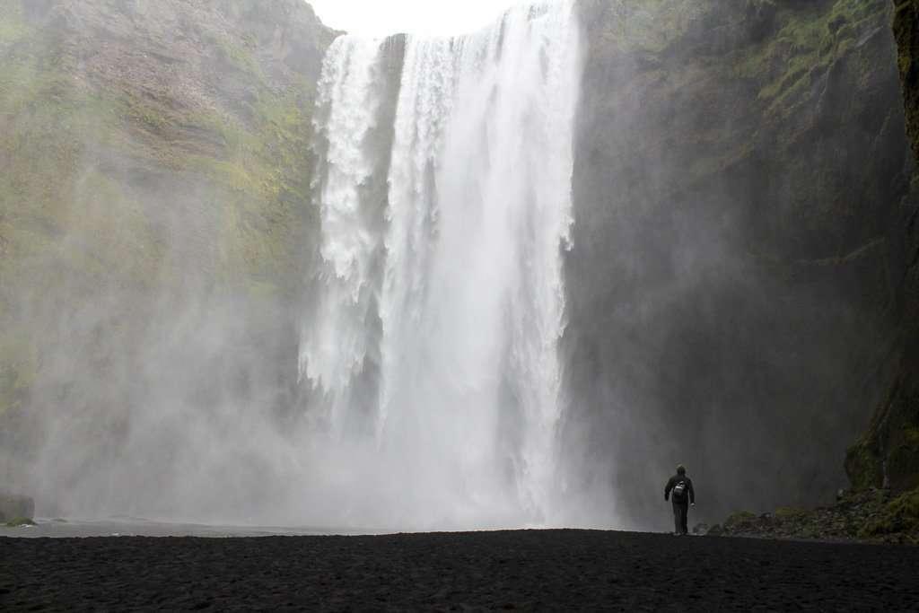 Alberto frente a la cascada Skogafoss