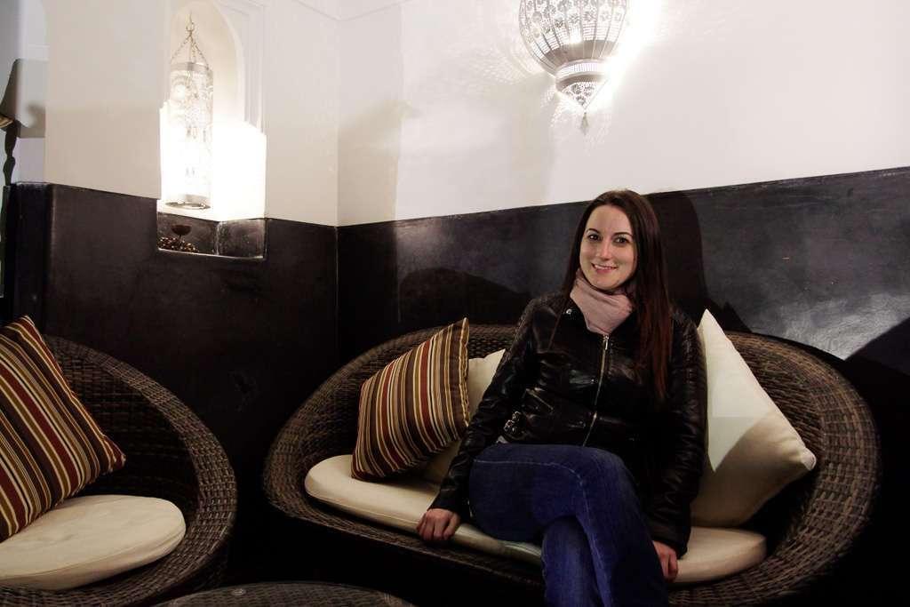Lena sentada en un rinconcito del patio del riad Dar Nakous en Marrakech