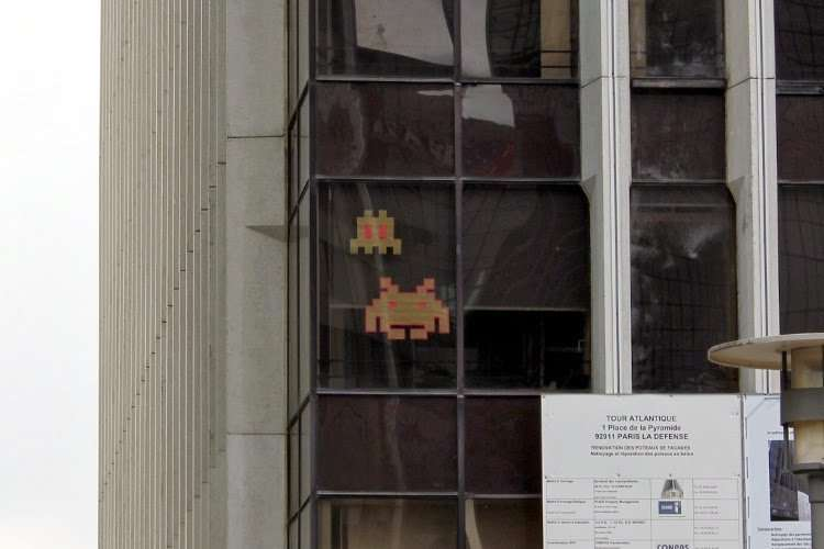 Space Invaders en la fachada de un edificio de la Defensa