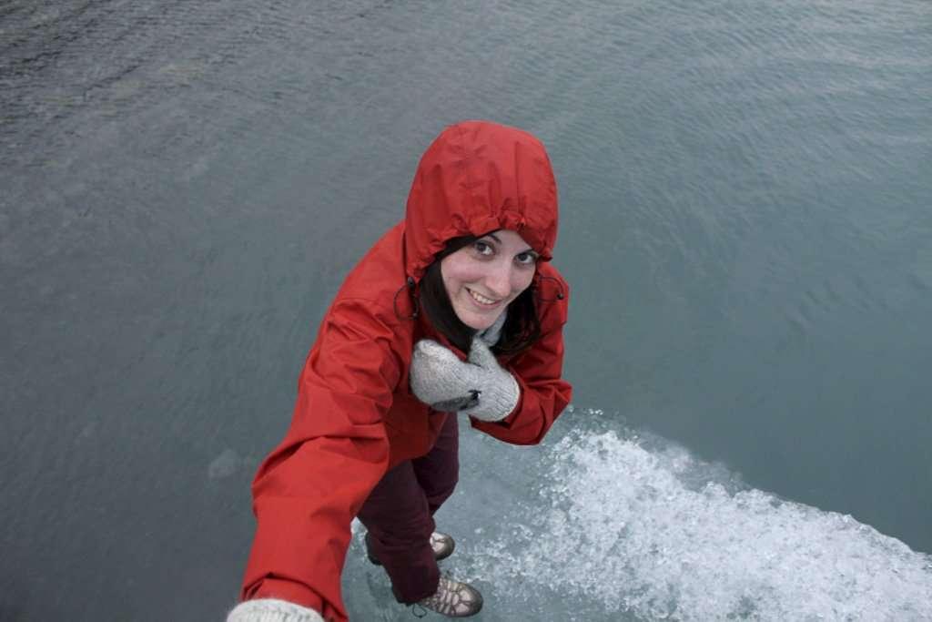 Lena subida a un iceberg en Jökulsárlón
