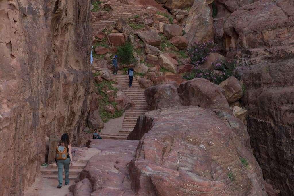 Subiendo la escalera camino al Altar de los Sacrificios de Petra, Jordania