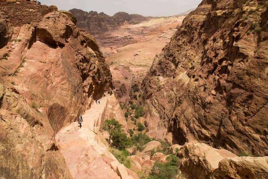 Subida de las escaleras al mejor mirador del Tesoro de Petra, Jordania