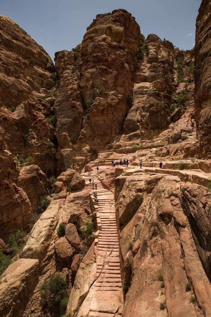 Escaleras de la ruta al mejor mirador del Tesoro de Petra, Jordania