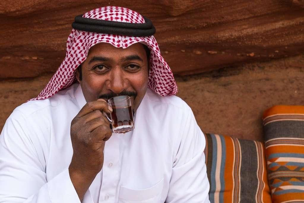 Jordano tomando un té