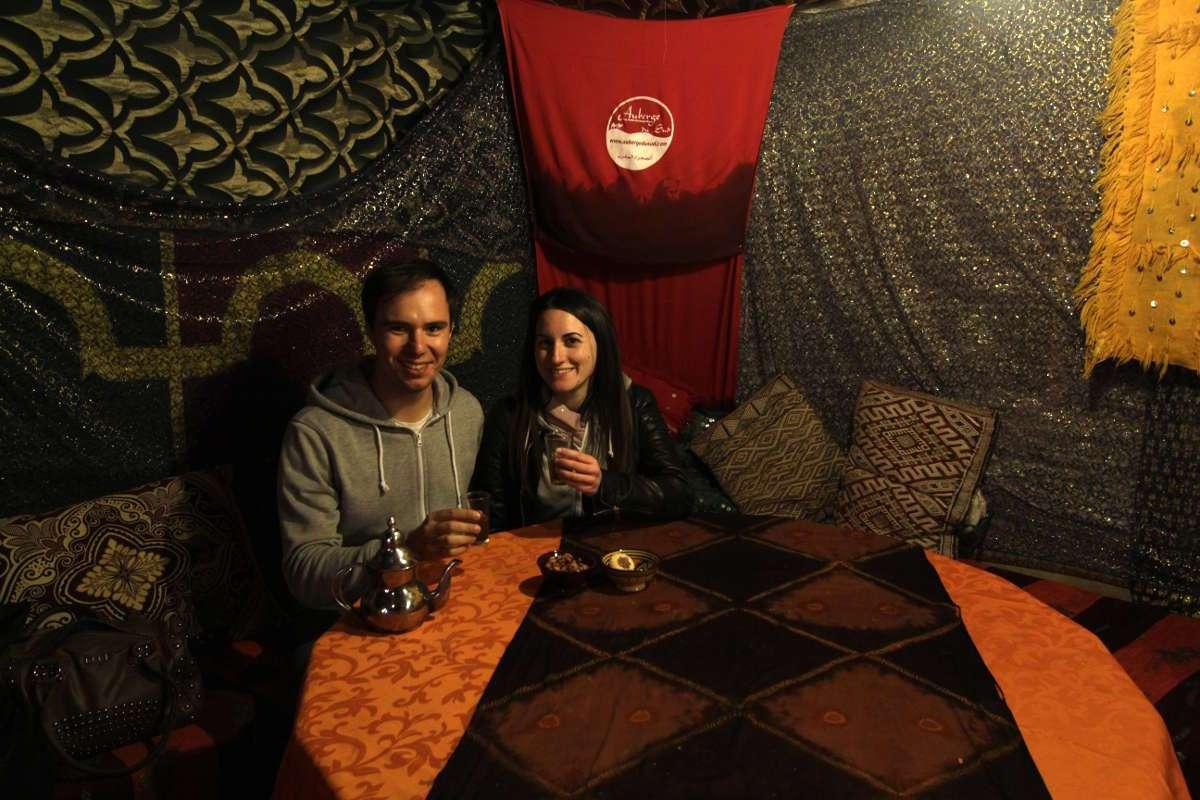 Té de bienvenida en el campamento del Auberge Café du sud