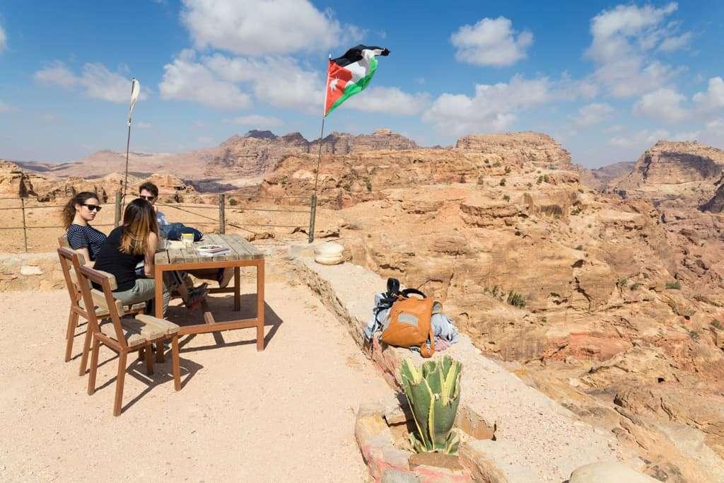 Tomando un té con vistas en uno de los miradores de Petra, Jordania