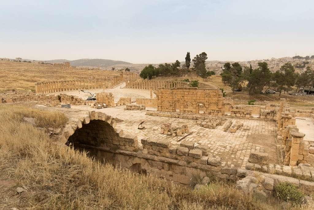 Patio anterior al Templo de Zeus en Jerash