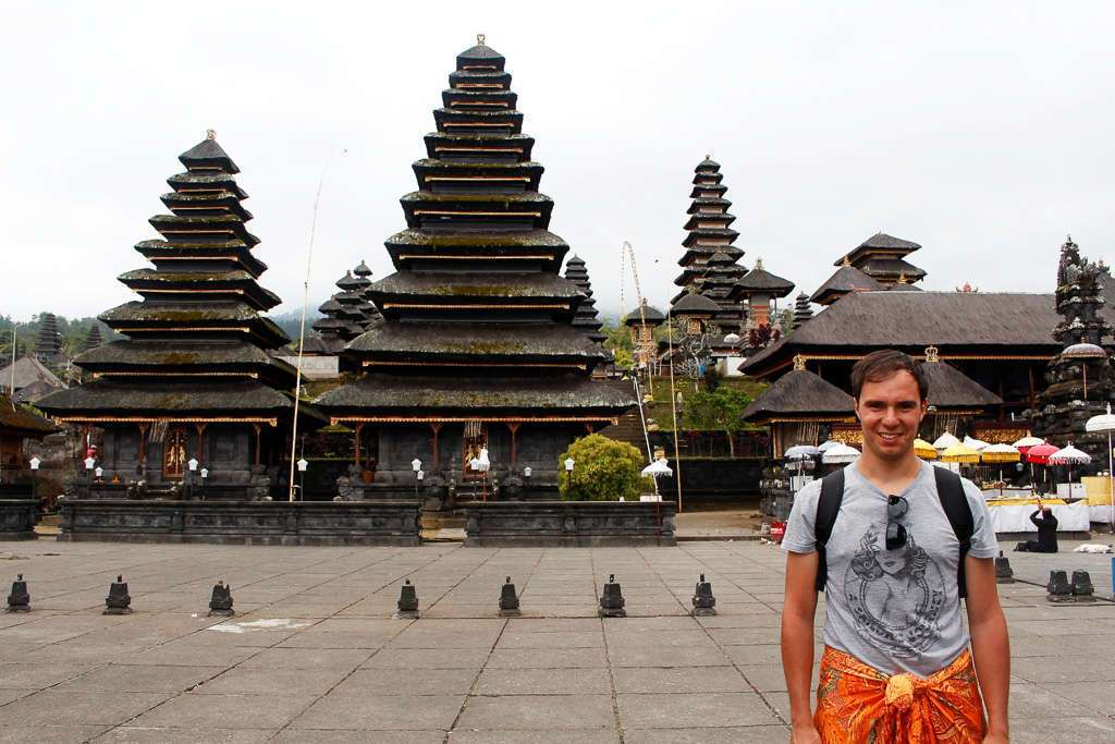 Alberto delante de unos merus en Pura Besakih (Bali)