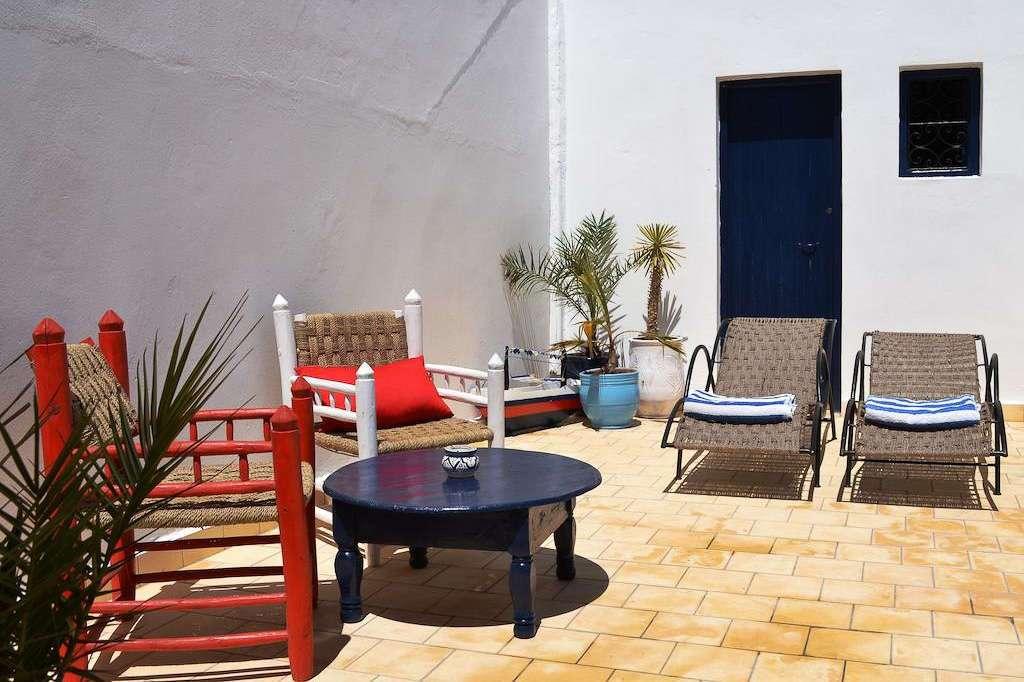 Mesas y sofás de la terraza del riad Dar Sabon