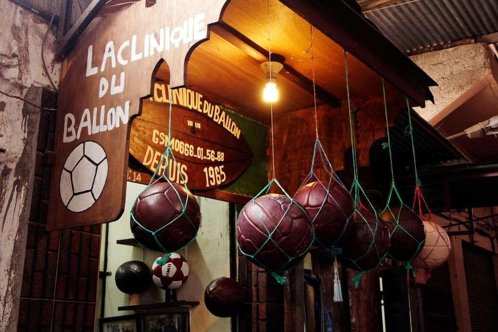 Tienda especializada en balones de fútbol en el zoco de Marrakech