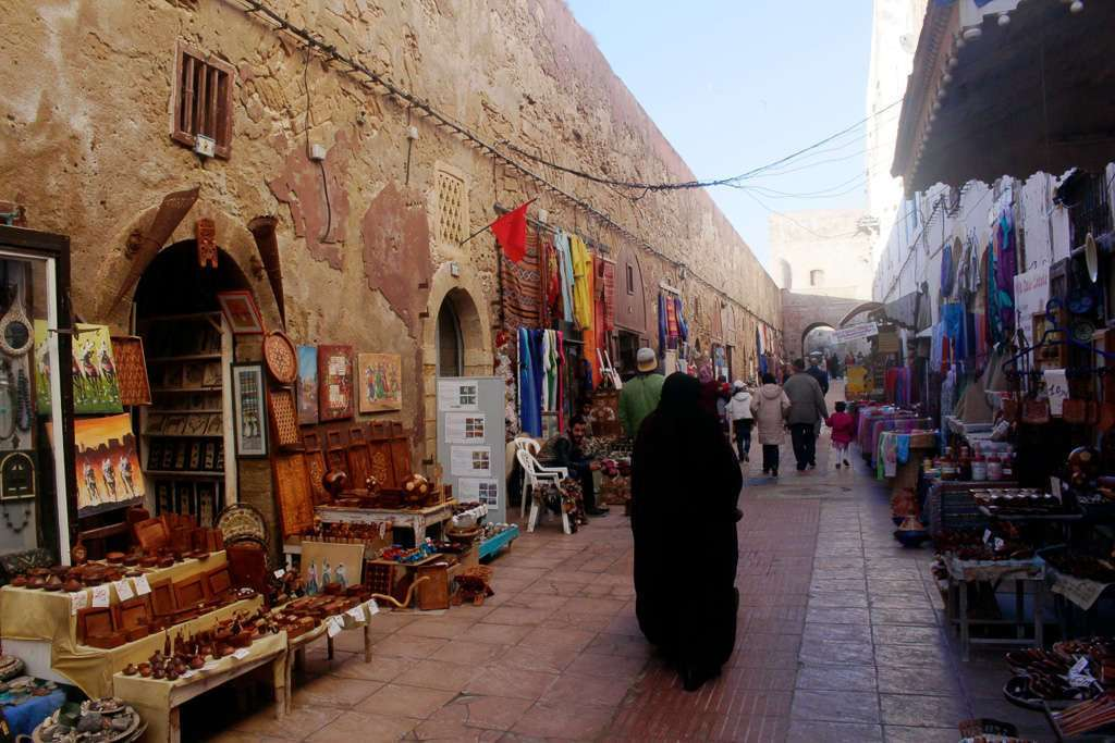 Tiendas bajo las murallas de Essaouira
