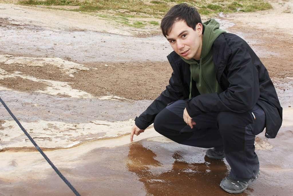 Alberto tocando el agua hirviendo que sale cerca de los geisers