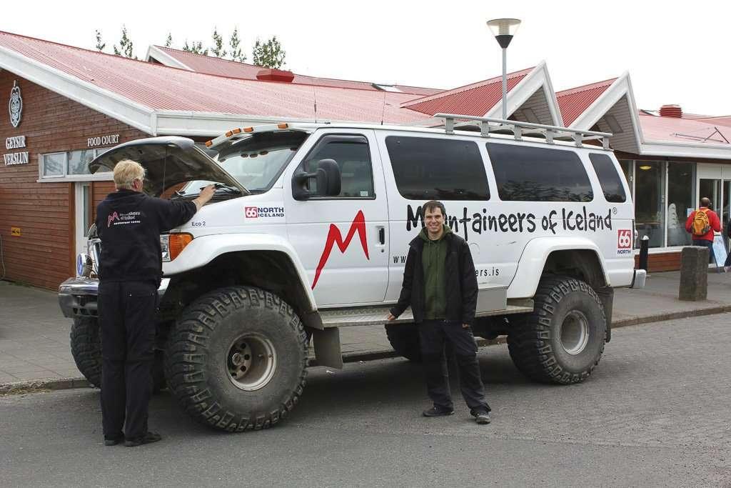No es que yo sea pequeño, es que el coche y el conductor son gigantescos