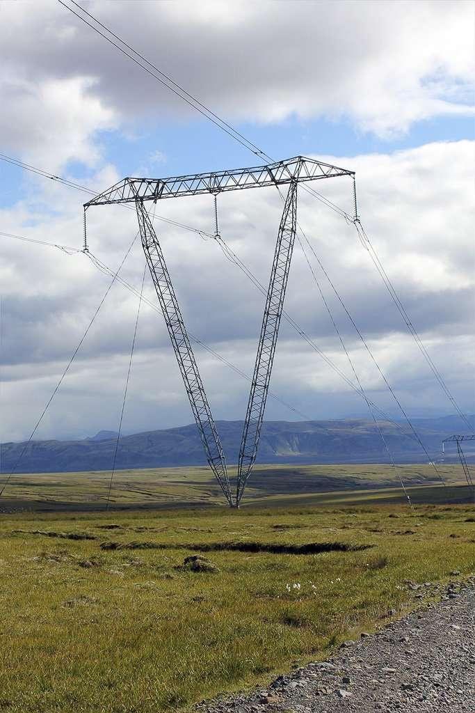 Las peculiares torres de alta tensión de Islandia
