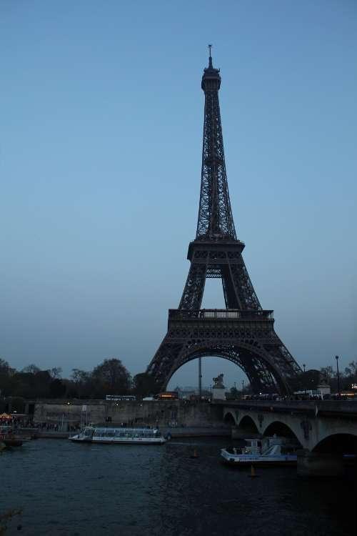 Torre Eiffel vista desde la orilla del Sena