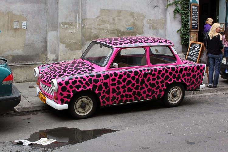 Trabant rosa en el barrio judío de Cracovia (Polonia)