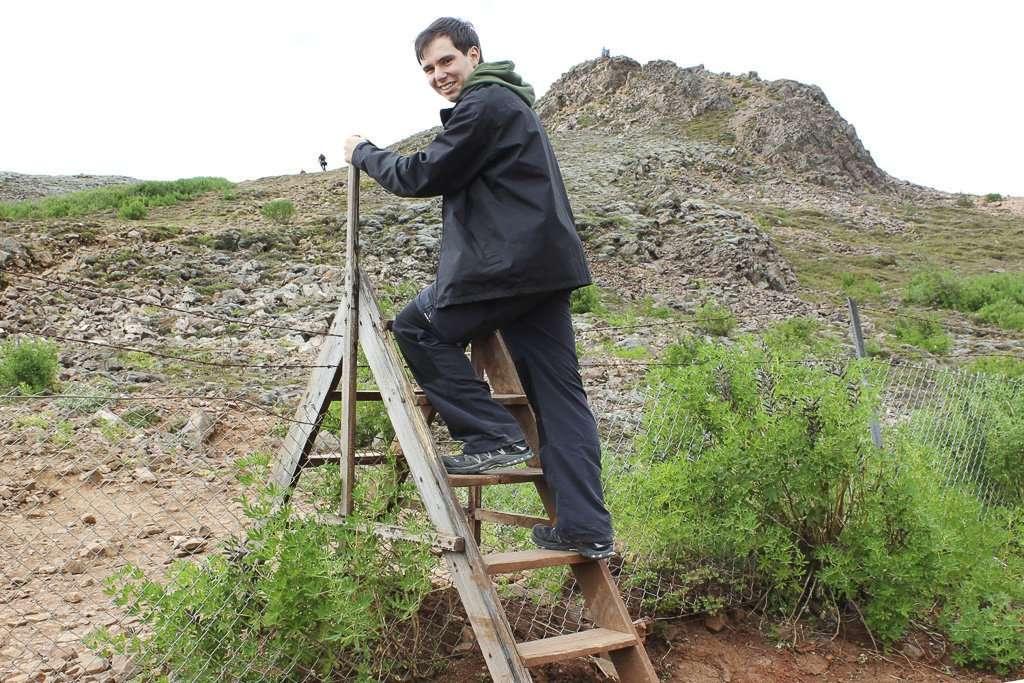 Alberto pasando la valla que te lleva al mirador de Geysir