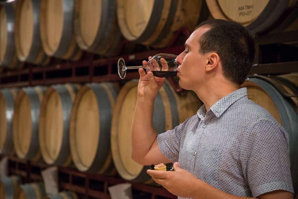 Cata de vino tinto en la Bodega Pagos del rey