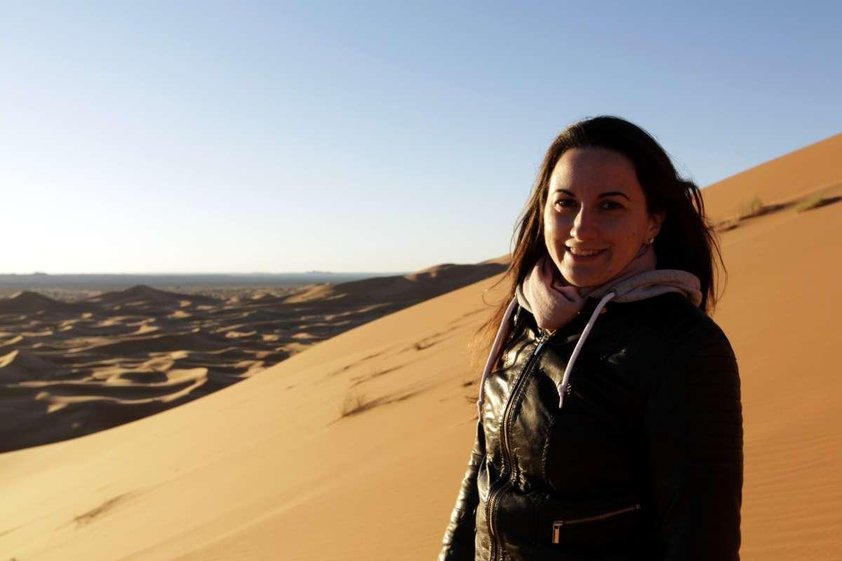 Lena en las dunas del desierto de Marruecos
