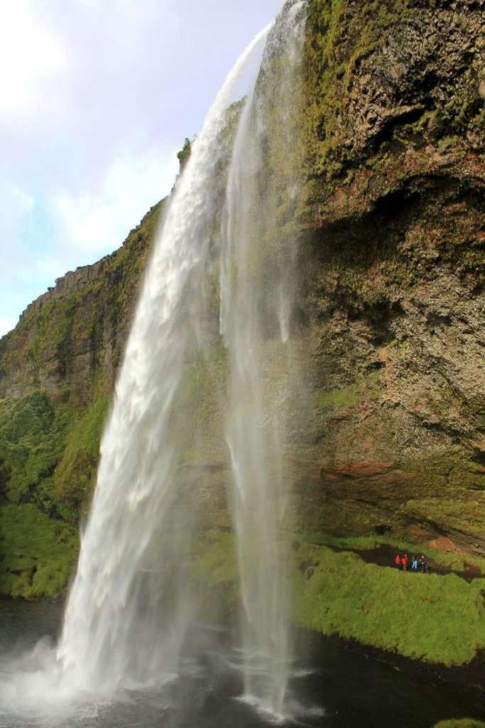 Vista lateral de la cascada Seljalandsfoss en Islandia
