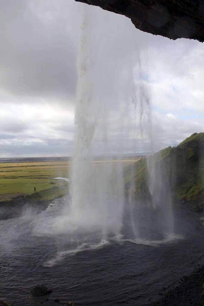 Vista desde atrás de la cascada Seljalandsfoss en Islandia