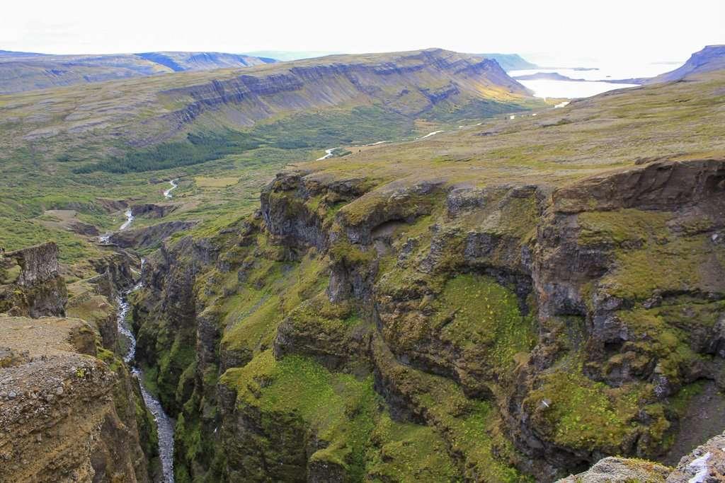 Vistas desde lo alto de la ruta hacía la cascada Glymur con el río Botnsá en la parte baja