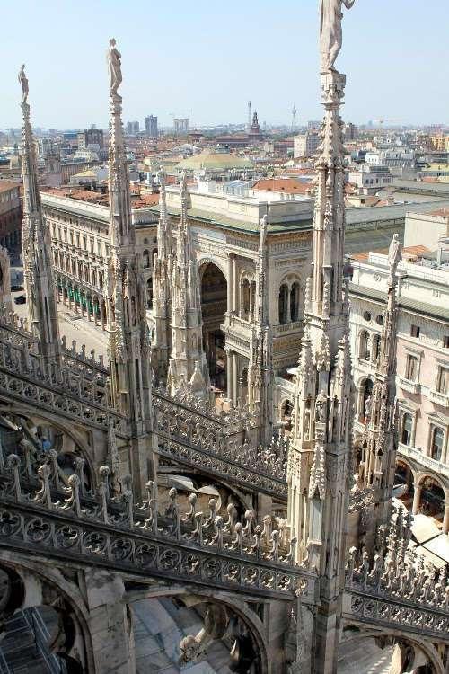 Vistas de la Galería Vittorio Emanuele II desde las terrazas del Duomo de Milán