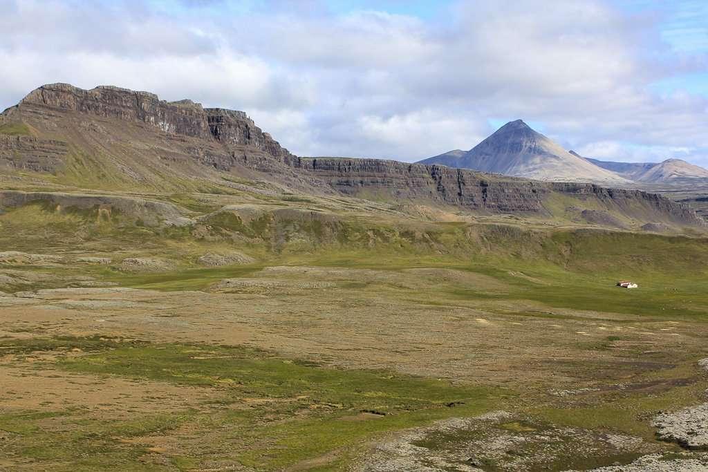 Montañas en el oeste Islandia desde el volcán Grábrók