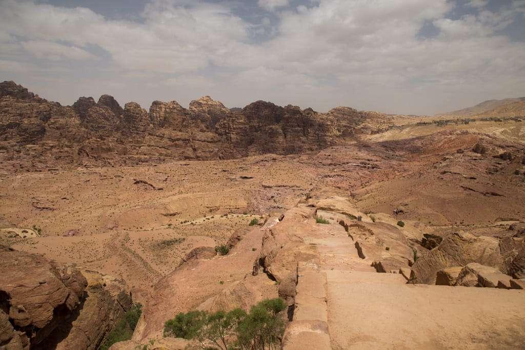 Vistas del Siq exterior en la ruta al mejor mirador del Tesoro de Petra, Jordania
