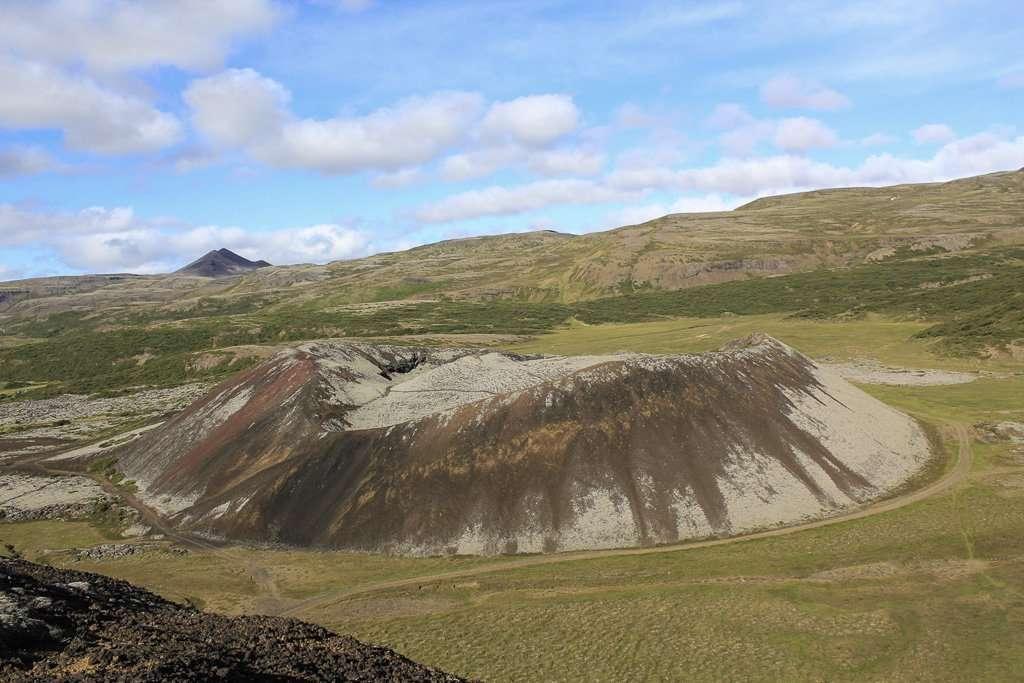 Volcán Grábrók en el oeste Islandia