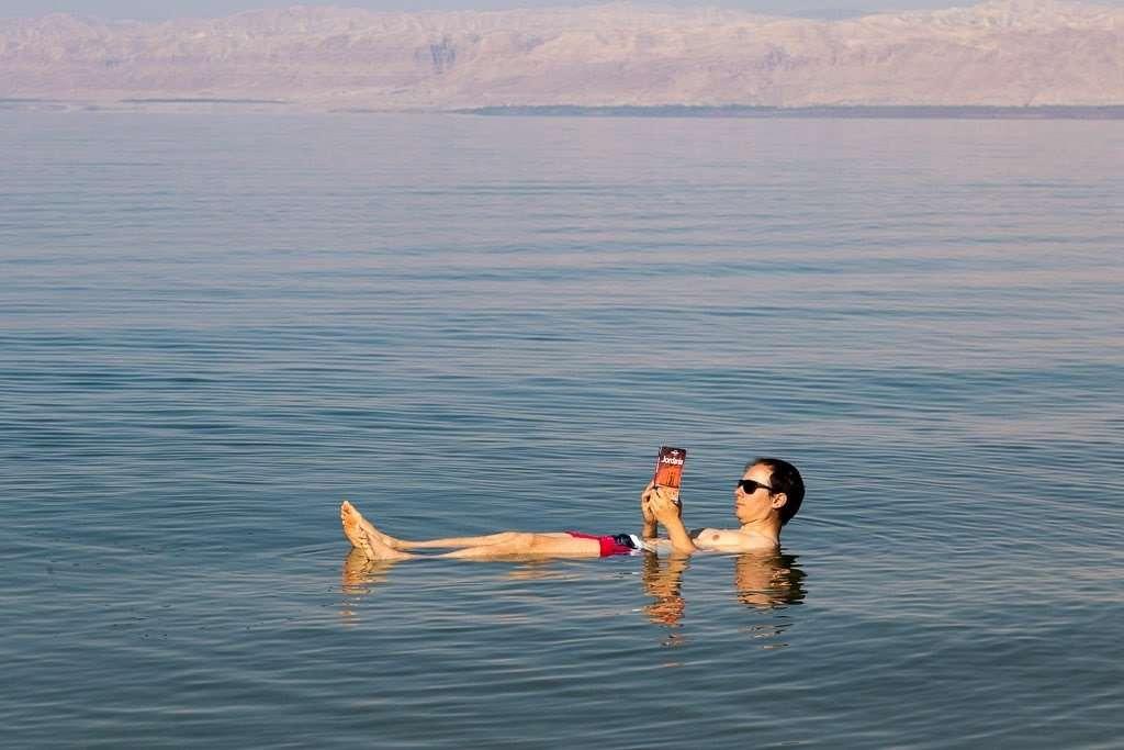 Flotando en el mar Muerto, Jordania