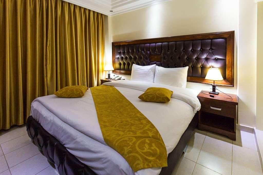 Cama de la habitación doble del hotel Sharah Mountains, Wadi Musa (Petra), Jordania