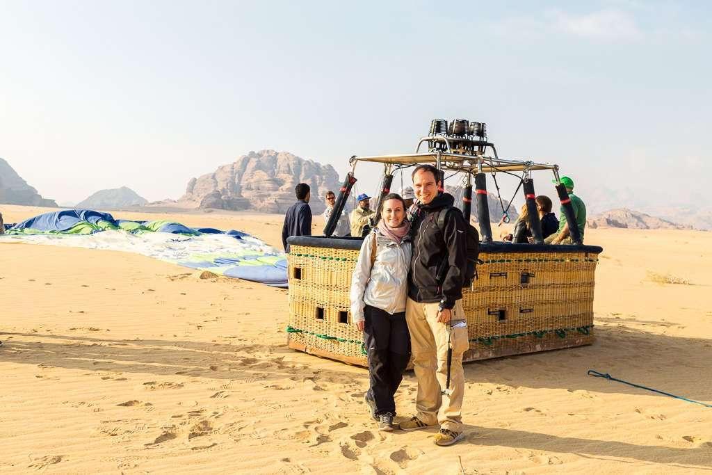Junto a la cesta del globo de Wadi Rum, Jordania
