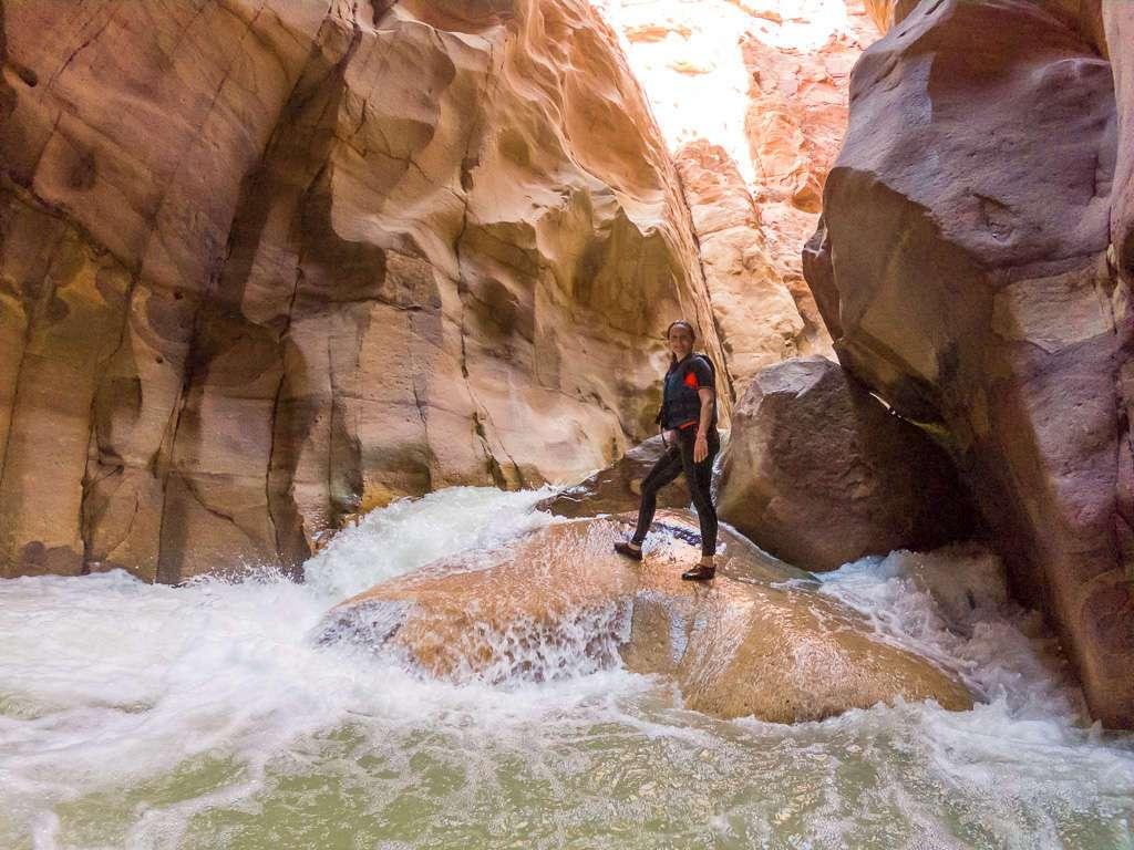 Lena sobre una roca en Wadi Mujib, Jordania