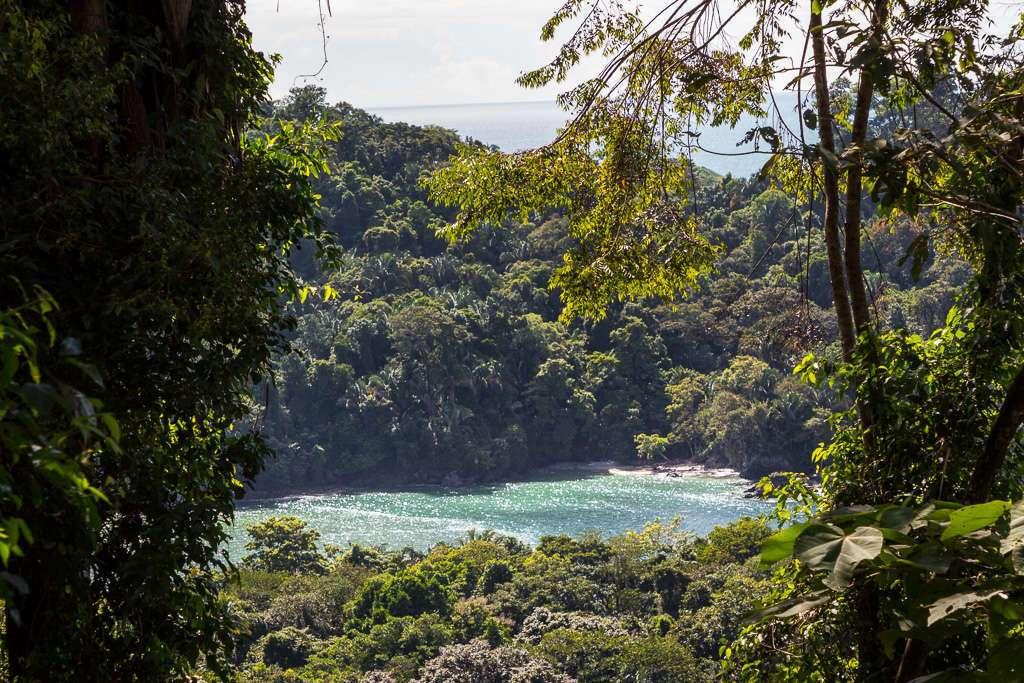 Vistas de playa desde el sendero Miradores, Parque Nacional Manuel Antonio, Costa Rica