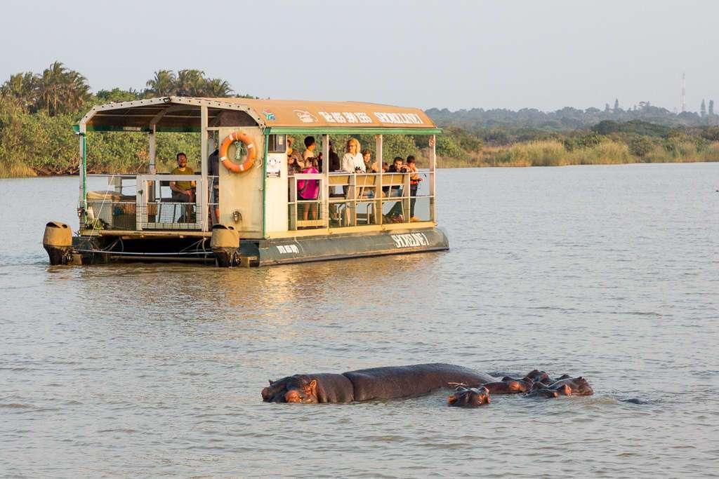 Barco en el tour de los hipopótamos en el estuario de St Lucia, iSimangaliso, Sudáfrica