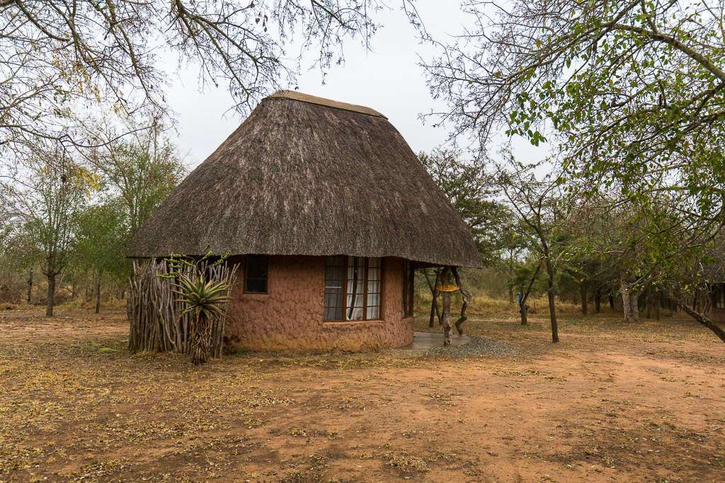 Rondavel huts en el Campamento Ndlovu, Hlane, Suazilandia (Esuatini)