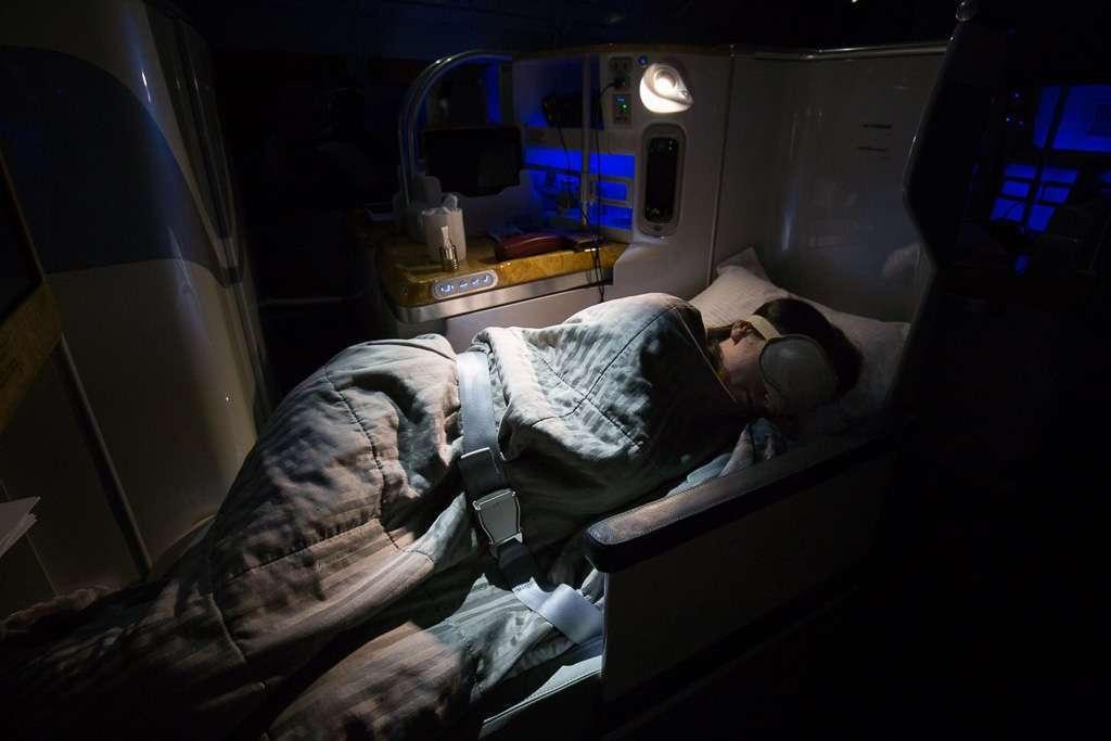 Asiento convertido en cama en clase business de Emirates, vuelo Dubái - Ciudad del Cabo