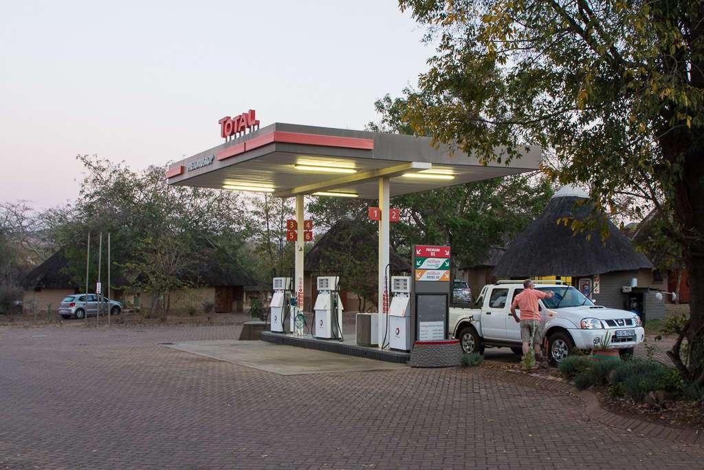 Gasolinera dentro del campamento Ber-en-dal, Kruger, Sudáfrica