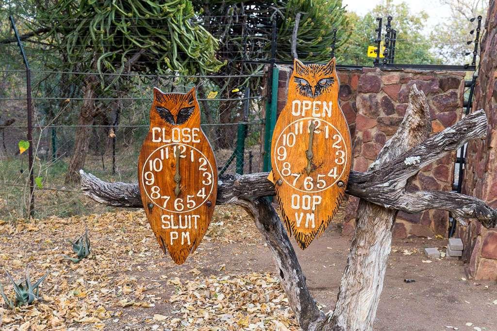 Relojes hora de cierre y apertura de puertas del campamento Letaba, Kruger, Sudáfrica