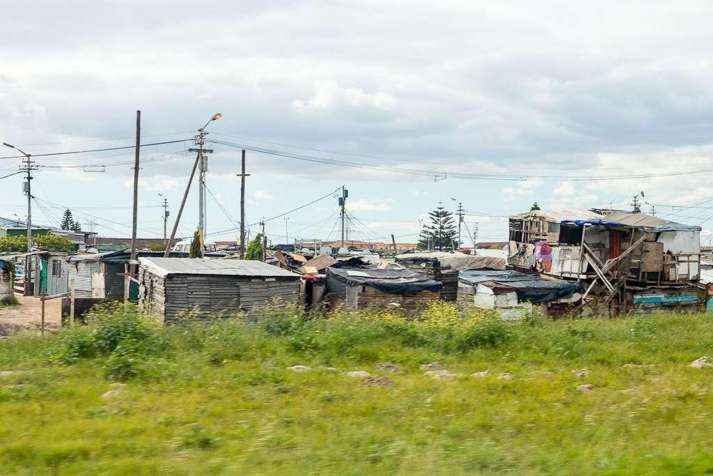 Township visto desde una carretera cercana a Ciudad del Cabo, Sudáfrica