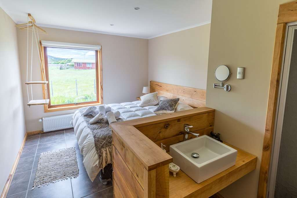 Lavabo y habitación del hostal el Puestero, Puerto Natales