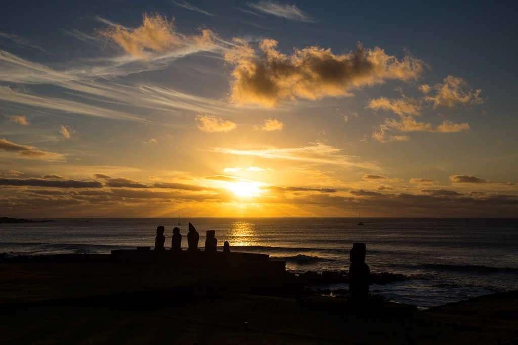 Atardecer en Ahu Tahai, Isla de Pascua, Chile