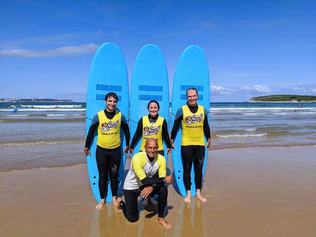 Foto de grupo tras una clase de surf en Somo, Cantabria, España