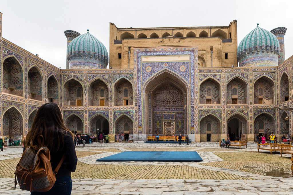 Interior de la madrasa de Ulugh Beg en la plaza del Registán, Samarcanda, Uzbekistán