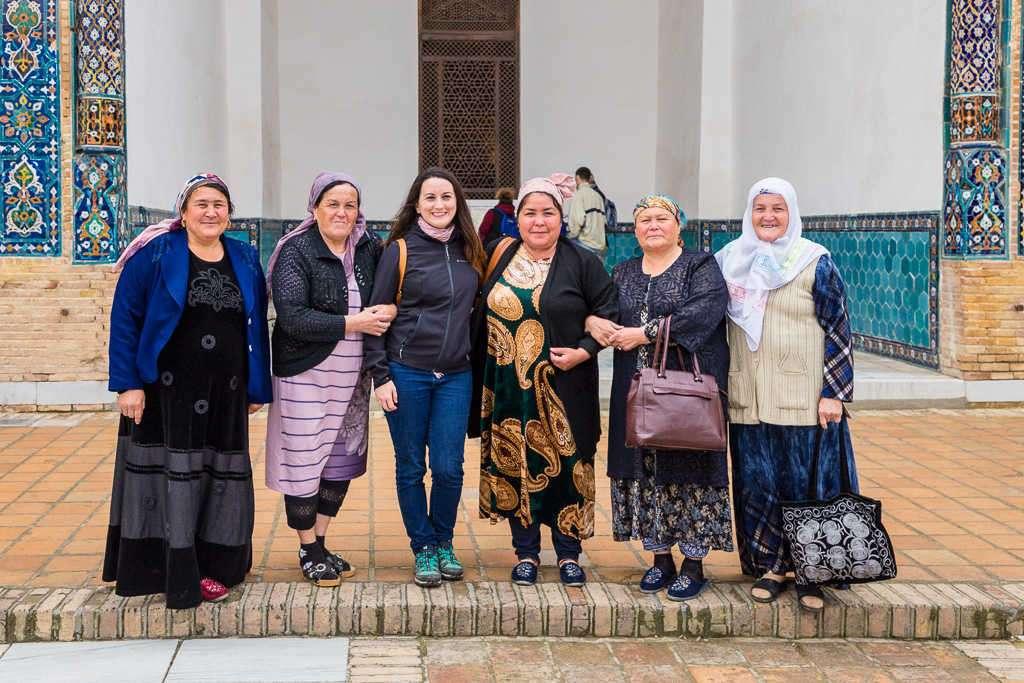 Lena haciéndose una foto con mujeres uzbekas, Samarcanda, Uzbekistán