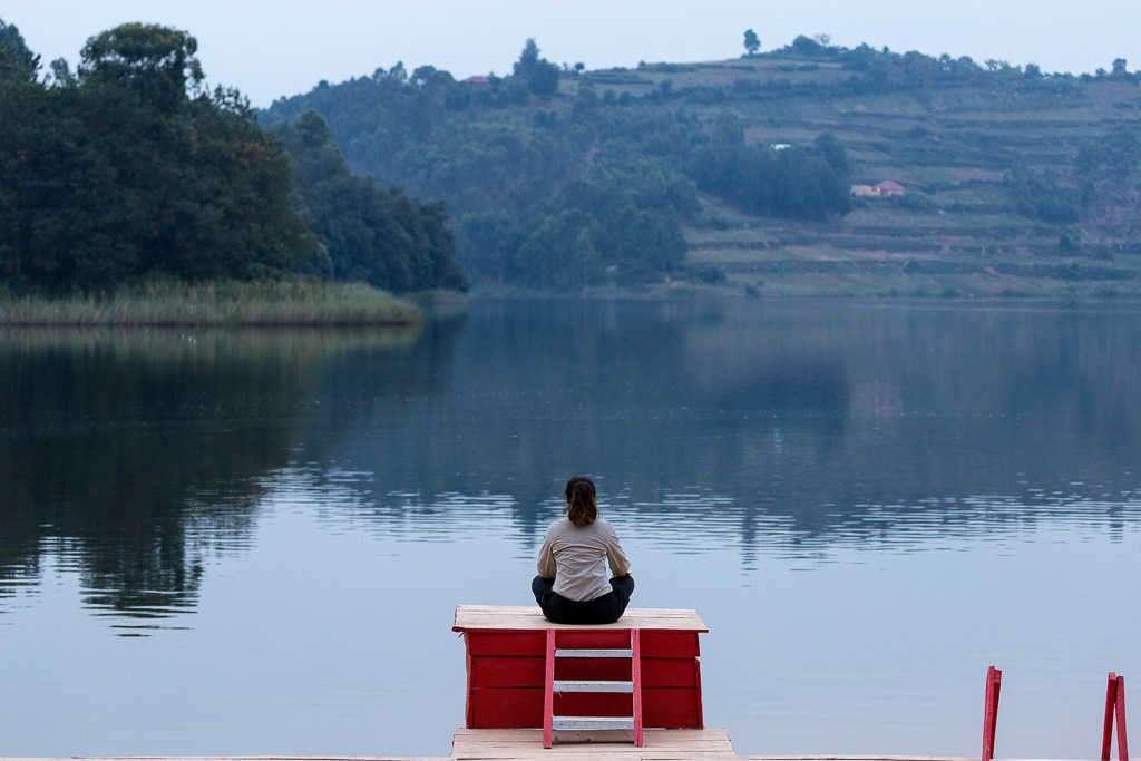 Lena sentada en el embarcadero del lago Bunyonyi (Uganda)